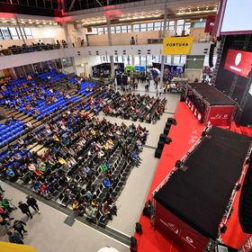 Úzké podium s využití ploch pro hraní PC her při MIstrovství ČR v počítačových hrách v Brně
