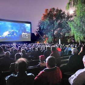 Využití mobilního nafukovacího plátna pro letní kino v Lidicích